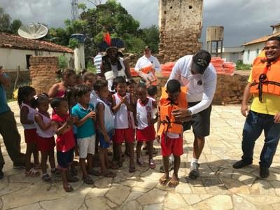 MPF: FPI/SE distribui coletes salva-vidas na aldeia Indígena Xokó