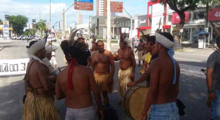 COMBATE RACISMO AMBIENTAL: Em protesto, Índios Potiguaras bloqueiam avenidas Epitácio Pessoa e Ruy Carneiro em João Pessoa