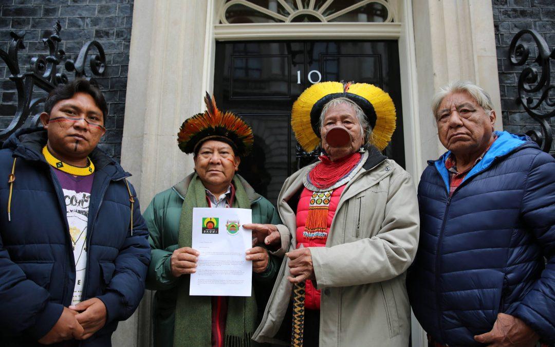 FOLHA: Raoni entrega carta na casa do premiê inglês Boris Johnson; veja fotos de hoje