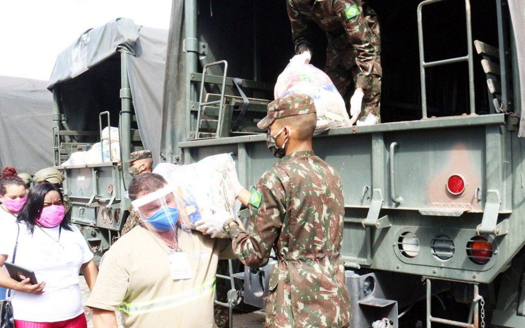 DEFESA: Militares distribuem cestas básicas e kits de higiene que beneficiam mais de 30 mil pessoas
