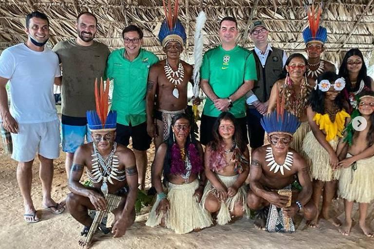 FOLHA DE SÃO PAULO: Irmãos Bolsonaro e membros do governo visitaram indígenas na Amazônia sem usar máscaras