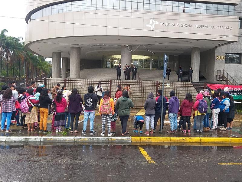 BRASIL DE FATO: Indígenas e quilombolas se manifestam contra o marco temporal em frente ao TRF4