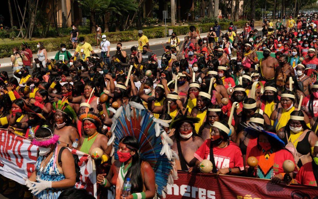 AMAZÔNIA REAL: Mulheres marcham e tacam fogo em boneco de Bolsonaro